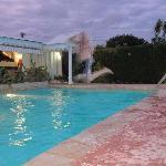 Saut dans la piscine