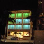 Hotel bei Nacht von Außen.