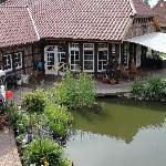 Blick vom Kolonialzimmer auf den riesigen Garten mit Teich