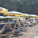 Stranda med gratis solseng og håndkle