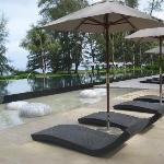 Pool loungers, on the ground!