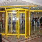 fachada de acceso al lobby del hotel