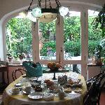 The breakfast inside (or outside), inmersed in the garden