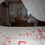 le lit avec les pétales de rose