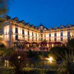 Vista nocturna terraza y fachada del hotel