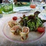Lachsroellchen und Salat Vorspeise