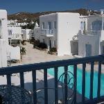 vue du balcon sur la piscine