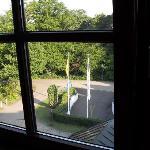 Blick aus dem Zimmer auf den Innenhof mit Vorfahrt zum Hotel und Einfahrt in die Tiefgarage