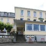 Blick vom Rheinufer auf das Hotel