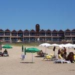 Desde la orilla, servicio de playa con el hotel de fondo