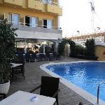 une partie de l'hôtel vue de la terrasse piscine