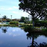 SwissInn - Blick zum Pool und Tennisanlage
