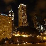 Cloud mit Michigan Avenue bei Nacht