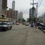 Foto de la avenida frente al hotel
