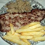 Presa de cerdo ibérico con setas y patatas.