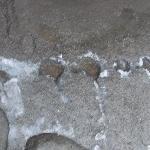 玄関前の雨だれでできた穴
