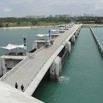Der 300m lange Damm, der die Bay zum Meer hin abschließt