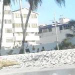 Esse é o hotel, é bem pertinho da praia