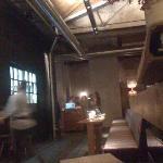 Blick von der BAr zum Eingangsbereich und der Küche (links)