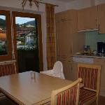 Küche und Aufenthaltsraum mit Balkon