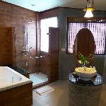 The shower & bath tube inside the washroom