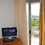 el escritorio y TV con una pequeña terracita