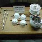中国らしくこんなセットが置いてあります。茶葉は有料