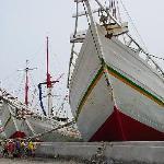日本には無い形の船です。