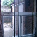 Das Fenster in den Hof, zum sachließen wurde eine Duschkabinentür eingebaut. Sehr erfinderisch.