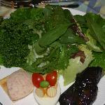 季節の地元野菜のサラダ
