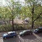 Blick aus dem Fenster in einen kleinen Park