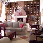 Die Lobby wirkt wie eine edel bestückte Bibliothek