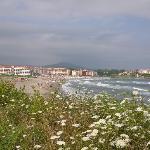Strand og hotel set fra syd