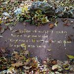 Die Grabplatte mit der Inschrift