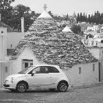 La petite voiture qui fait partie du paysage