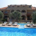 Blick auf Hotel und Pools