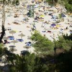 Badebucht und Strand tagsüber