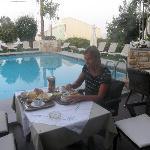 Frukost vid poolen
