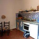 la cuisine (2 plaques, frigo, grille pain... cafetière hors d'âge et couverts un peu vétustes)