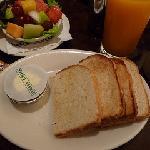 レストランの朝食。カットフルーツがおいしかったです。