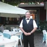 im Hotelgarten-Kellner Alberto