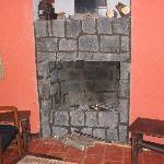 feu de cheminée dans le bar, pres de la salle du petit dej