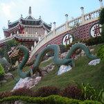 Drachenfigur auf dem Gelände des Tempels