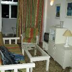 Zimmer mit Balkon und Kochnische ausgestattet
