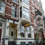 das Hotel zur Straßenseite