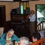 Blick ins Restaurant. Dia-Schau mit Fotos gemacht vom Besitzer. Country-Sänger