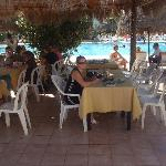 Petit déjeuné au bord de la piscine
