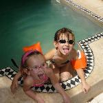 Lise et Justine dans le bassin