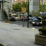 ホテル正面玄関です。送迎車など頻繁に入ってきます