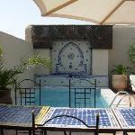 Foto della terrazza con piscina del riad